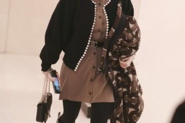程潇总算换新衣服了棕色连衣裙搭黑色短外套全体精约温暖