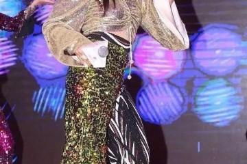 48岁钟丽缇玩耍迪士尼穿紧身露脐装难掩发福张伦硕表情牵强